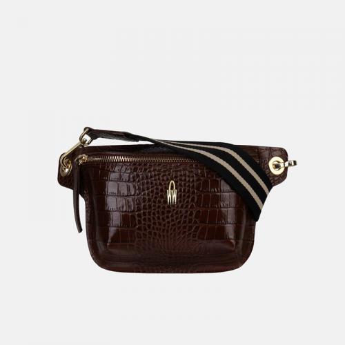 Skórzana torebka – brązowa nerka damska z fakturą imitującą wzór krokodyla i lakierowanym wykończeniem