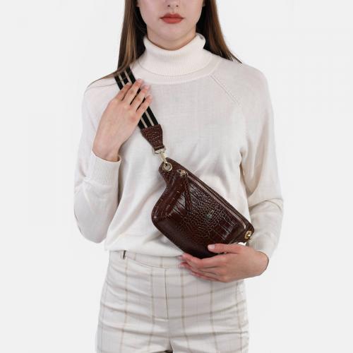 Skórzana torebka – brązowa saszetka damska z fakturą krokodyla i lakierowanym wykończeniem