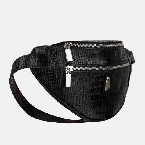 Czarna torebka saszetka damska ze skóry naturalnej i teksturą krokodyla