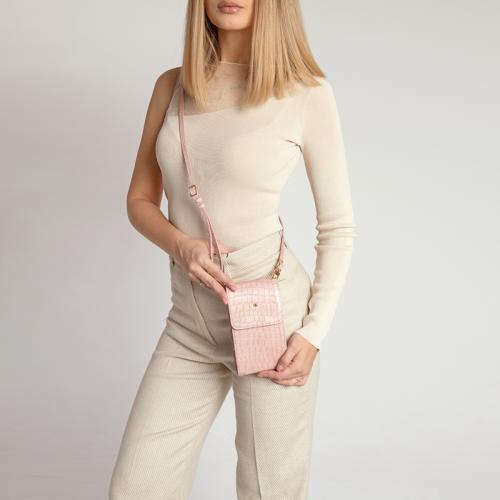 Modelka z różową saszetką skórzaną