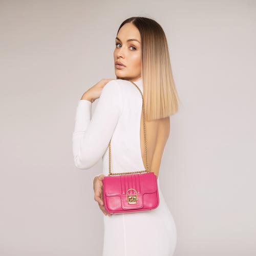 Modelka z różową torebką skórzaną