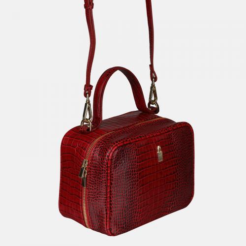 Czerwona torebka skórzana typu kuferek z krokodylim wzorem