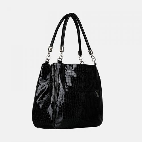 Czarna torebka worek ze skóry lakierowanej z teksturą krokodyla