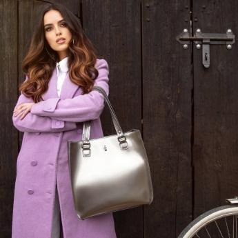 Srebrna torebka to wybór dla kobiet, które lubią wyróżniać się z tłumu. Z pewnością z tą shopperką podkreślisz niejedną stylizacje!  Przypominamy do poniedziałku trwa promocja -20% na wszystkie torebki! Koniecznie zaglądnij do nas i zobacz nasze nowości!  . . . . . . . . #wojewodzic #srebrnatorebka #shopperka #skorzanatorebka #rzemiosło #handmade #madewithpassion #welovebags #polskaprodukcja #pieknatorebka #modnatorebka #torebkanajesień #dużatorebka #torebkiwojewodzic #jesiennystyl #torebkanaramię
